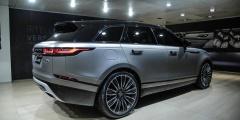 Range Rover Velar в автосалоне, вид сзади
